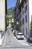 Cortile italiano con le automobili lungo la casa Una via accogliente in Italia nella città di Lovere immagine stock