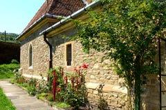 Cortile la chiesa medievale fortificata in Malancrav, la Transilvania Fotografia Stock
