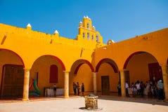 Cortile nel tempio Architettura gialla del coloniale e della chiesa in San Francisco de Campeche , Il Messico fotografia stock