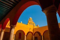 Cortile nel tempio Architettura gialla del coloniale e della chiesa in San Francisco de Campeche , Il Messico Fotografia Stock Libera da Diritti