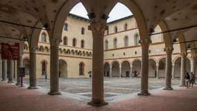 Cortile nell'interno del castello fotografia stock libera da diritti