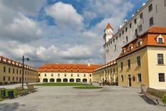 Cortile posteriore del castello medievale a Bratislava, Slovacchia Immagini Stock