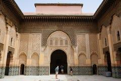 Cortile scolpito di architettura islamica Ben Youssef Madrasa Fotografia Stock Libera da Diritti