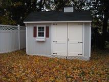 cortile sparso in autunno immagini stock libere da diritti