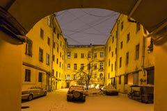 cortile urbano a St Petersburg in precipitazioni nevose di notte Fotografia Stock