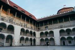 Cortile vuoto del palazzo a Cracovia fotografia stock libera da diritti