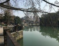 Cortili e paesaggi squisiti della riva del fiume con stile di Jiangnan del rappresentante in Cina fotografia stock libera da diritti