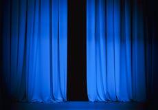 Cortina azul de la etapa del teatro levemente abierta Foto de archivo