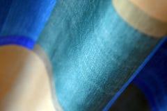 Cortina azul y poner crema del algodón Fotos de archivo libres de regalías
