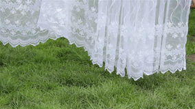 Cortina blanca en jardín metrajes