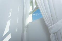 Cortina blanca en la ventana Fotografía de archivo libre de regalías