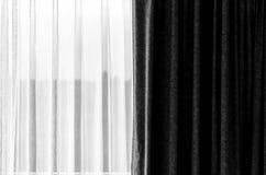 cortina blanco y negro con un imagenes de archivo