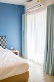 Cortina branca e azul no quarto Imagens de Stock Royalty Free