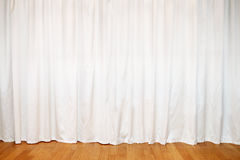 Cortina branca em janelas e no assoalho de madeira Fotografia de Stock Royalty Free