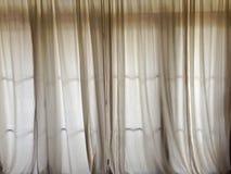 Cortina branca para obstruir a luz solar na porta na sala de visitas h Fotos de Stock Royalty Free