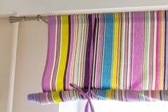 Cortina colorida adornada con las líneas que cubren la ventana entera foto de archivo