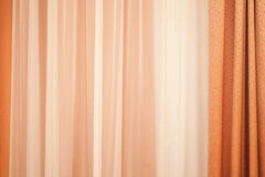 Cortina colorida moderna con el modelo que agita Foto de archivo