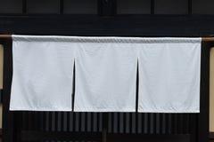 Cortina-como la tela que cuelga delante de Japón tradicional imagen de archivo