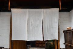 Cortina-como la tela que cuelga delante de Japón tradicional imagenes de archivo