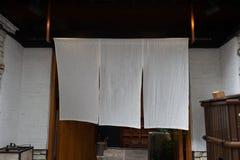 Cortina-como la tela que cuelga delante de Japón tradicional imágenes de archivo libres de regalías