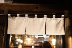 Cortina-como la tela que cuelga delante de restaurantes japoneses tradicionales imagen de archivo