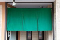 Cortina-como la tela que cuelga delante de restaurantes japoneses tradicionales fotos de archivo libres de regalías