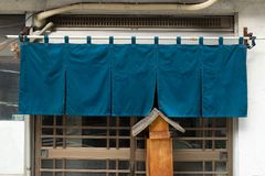 Cortina-como la tela que cuelga delante de restaurantes japoneses tradicionales foto de archivo libre de regalías