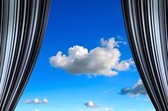 Cortina con la opinión de cielo azul en el centro Fotos de archivo libres de regalías