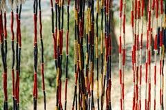 Cortina con las cadenas coloreadas en un bazar Fotografía de archivo
