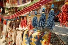 Cortina con las cadenas coloreadas en un mercado turco fotografía de archivo libre de regalías