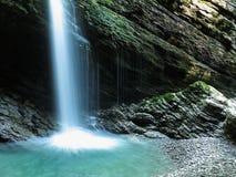 Cortina d'acqua luminosa della cascata Fotografia Stock