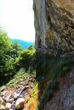 Cortina d'acqua verticale della cascata di Vanturatoarea dalla valle di Cerna Fotografia Stock Libera da Diritti