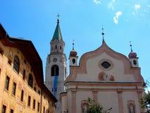 Cortina d ` Ampezzo hat die Geschichte mit tausend Jährigen und eine lange Tradition als touristischer Bestimmungsort: Dolomitber stockfotografie