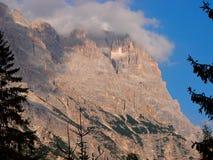 Cortina D ` Ampezzo heeft duizend éénjarigengeschiedenis en een lange traditie als toeristenbestemming: Dolomietbergen royalty-vrije stock fotografie