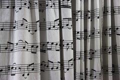 Cortina de chuveiro com uma folha da contagem musical impressa nela foto de stock