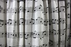 Cortina de chuveiro com uma folha da contagem musical impressa nela imagem de stock