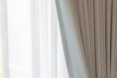 Cortina de puerta blanca con luz del sol por la mañana Fotografía de archivo libre de regalías