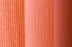 Cortina de ventana en textura de la demostración del primer en las sombras de color salmón blur imágenes de archivo libres de regalías