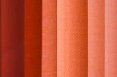 Cortina de ventana en textura de la demostración del primer en las sombras de color salmón blur fotografía de archivo libre de regalías