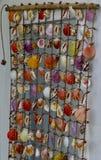 Cortina decorativa de las conchas marinas en una puerta blanca Fotografía de archivo