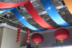 Cortina del techo y linternas rojas Foto de archivo libre de regalías