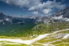 Cortina di A'mpezzo滑雪倾斜和山 免版税库存照片