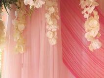 Cortina e flores bonitas Imagens de Stock Royalty Free