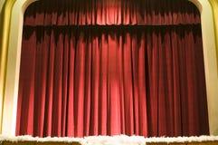 A cortina ou drapeja o fundo vermelho Fotos de Stock
