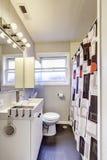 Cortina preto e branco no banheiro velho Fotografia de Stock Royalty Free