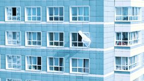 Cortina que vibra no vento do exterior de uma janela em uma casa da multi-etana, minimalismo abstrato vídeos de arquivo