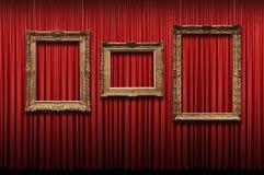 Cortina roja con los marcos de la vendimia Fotos de archivo