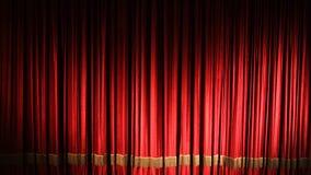 Cortina roja del teatro con la iluminación del punto metrajes