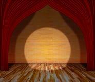 Cortina roja delante de la pared de ladrillo y del piso de madera con lightin Imagenes de archivo