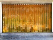 Cortina transparente amarela da tira do PVC para a poeira da proteção imagens de stock royalty free